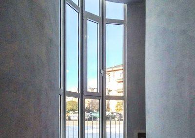 Serramento curvo in alluminio per facciata